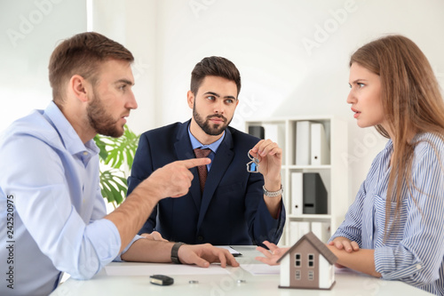 Photographie  Unhappy couple dividing marital property in office of divorce lawyer