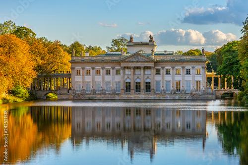 Obraz Łazienki Królewskie w Warszawie, Pałac na wodzie, Polska - fototapety do salonu