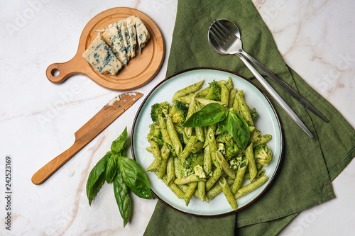 Fotografia Plate with tasty pesto pasta on light table