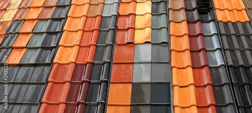 Fototapeta Neue Dachziegel in verschiedenen Farben obraz