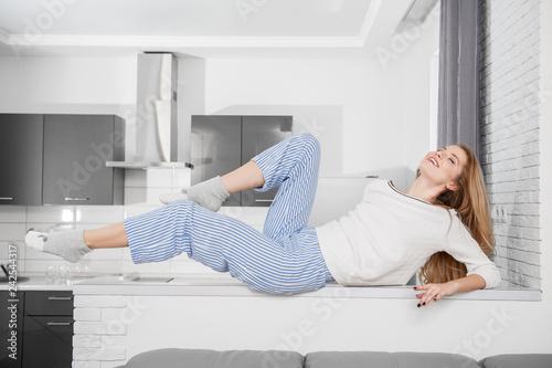 Deurstickers Hoogte schaal posing at home