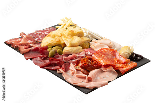 Fotobehang Voorgerecht Salumi italiani, formaggio e pizza su un tagliere rettangolare, sfondo bianco