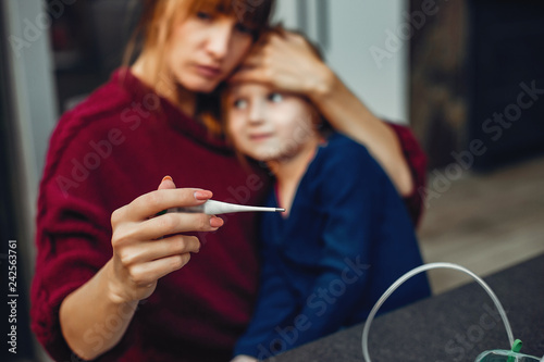 Fotografia  Mother treats her daughter at home