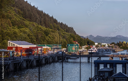 Photo  boats and shops in harbor