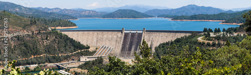 Photographie Panoramic view of Shasta Dam on a sunny day, Shasta mountain visible in the back