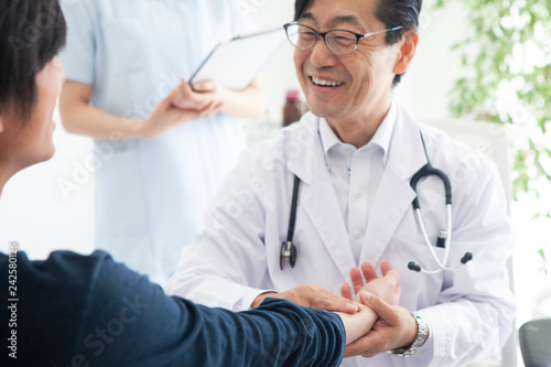 笑顔で患者の不安を和らげる医師 Wallpaper Mural