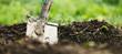 canvas print picture - Header, Schaufel oder Spaten steckt in Erde, Gartenarbeit und Gärtner Hintergrund