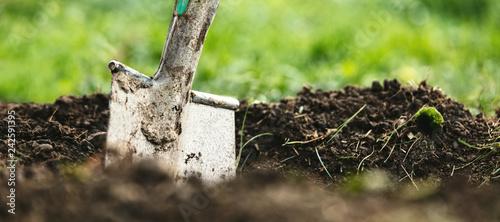 Foto op Aluminium Tuin Header, Schaufel oder Spaten steckt in Erde, Gartenarbeit und Gärtner Hintergrund