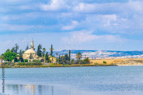 Cuadros en Lienzo Hala Sultan Tekessi mosque viewed behind a salt lake, Cyprus