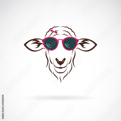 Naklejka premium Wektor owiec noszących okulary przeciwsłoneczne na białym tle. Moda zwierzęca. Łatwe edytowanie warstwowych ilustracji wektorowych.