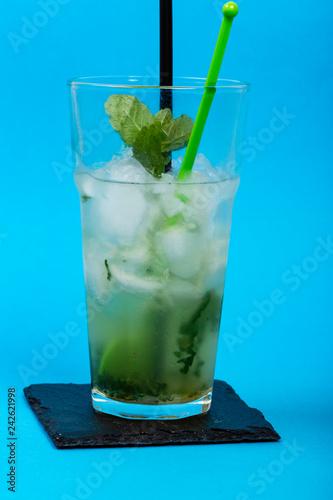 Fotografie, Obraz  Bicchiere di mojto su piattino di ardesia con sfondo blù