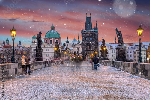 Foto Famous historic Charles bridge in winter morning, Old Town bridge tower, Prague, Czech republic