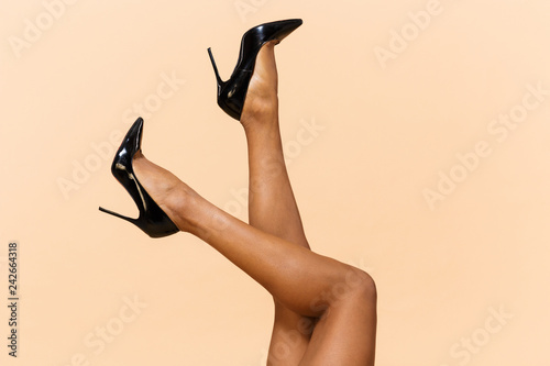 Fotografía Cropped portrait of young woman 20s wearing black shoes laying with her legs rai