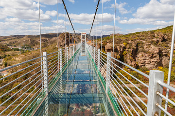 Fototapetaglass suspension bridge in the mountains