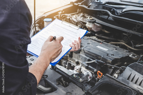 Foto Services car engine machine concept, Automobile mechanic repairman checking a ca