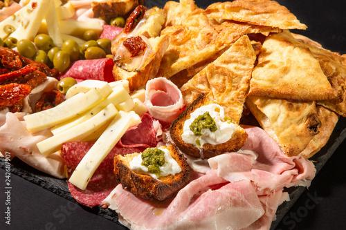 Foto op Plexiglas Voorgerecht Assortimento di formaggi, verdure sott'olio e salumi italiani in primo piano