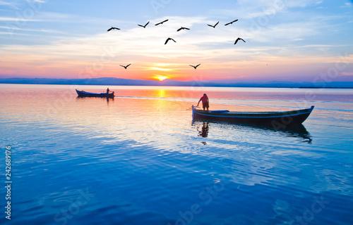 puesta de sol sobre el lago de los pescadores