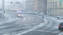Schneefall Und Straßenglätte Mit Krankenwagen