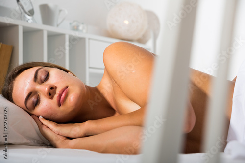 In de dag Akt Woman sleeping in bed