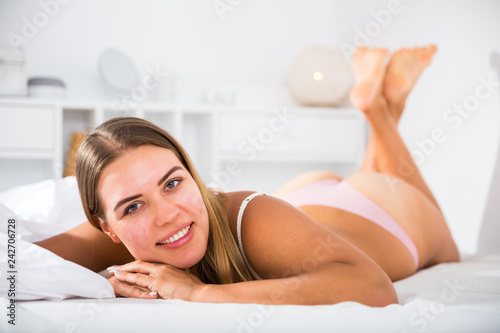 In de dag Akt Woman in lingerie lying in bed