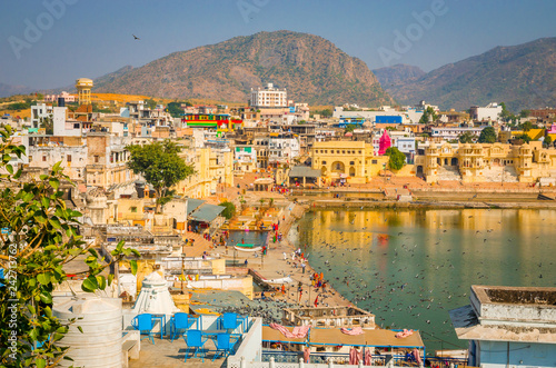 Staande foto Asia land Panoramic view on Holy Lake and city Pushkar, Rajasthan, India.