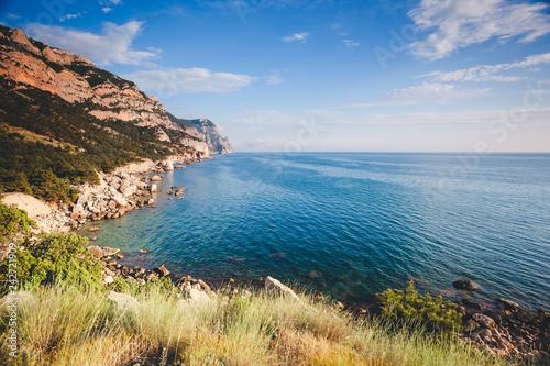Fototapeta premium Błękitne morze w świetle poranka. Miejsce lokalizacji Morze Czarne, Krym.