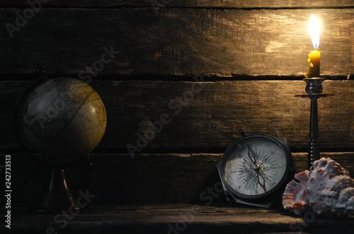 kompas-kula-ziemska-i-plonaca-swieczka-na-drewnianym-stolowym-tle-z-kopii-przestrzenia-koncepcja-podrozy-lub-przygody