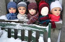 Fünf Hübsche Köpfe Von Dekopuppen Mit Dicken Schals Und Mützen Auf Einem Fensterbrett Im Schnee