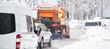 Schneepflug räumt die Straßen in der Stadt, Winterdienst