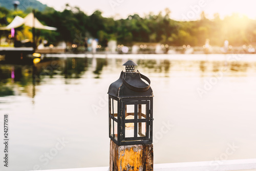 Photo  vintage lamps on wooden pole in evening day