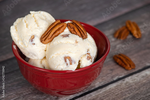 Photo Delicious butter pecan ice cream served in a red bowl