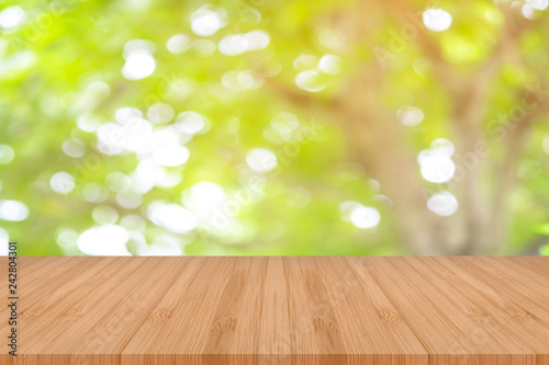Fotografía  Perspective wooden table on top over blur natural background, can be used mock up for montage products display or design layout