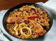 Paella de arroz con marisco.