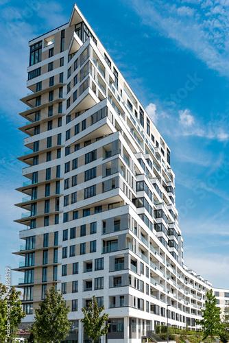 Staande foto Stad gebouw Ein modernes Wohnhochhaus im Europaviertel in Frankfurt am Main