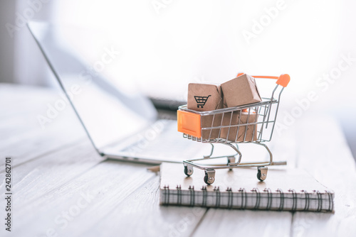 Fotografia close up of packages in decorative cart on wooden desk