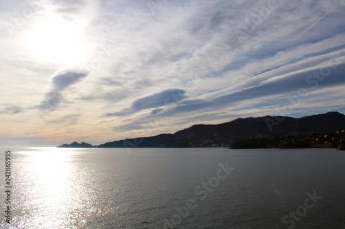 Photo  Cielo con nube luminescente e mare luccicante