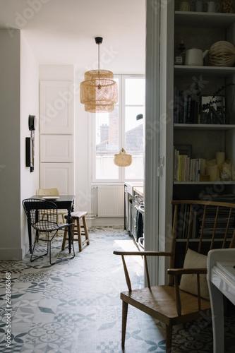 Intérieur cuisine avec table et chaises