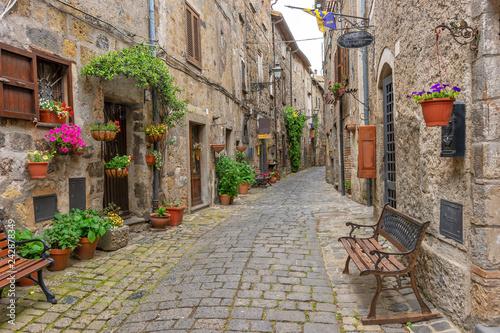 Obraz Piękna aleja w Bolsena, Stare miasto, Włochy - fototapety do salonu