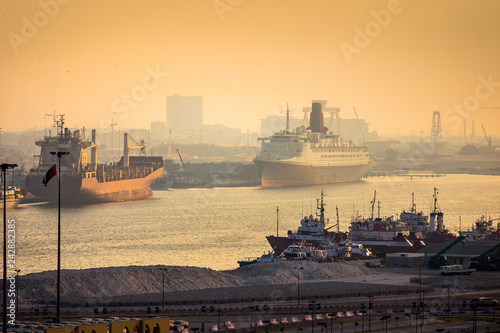 Photo Dubai port view at sunset