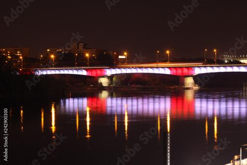 Fotografie, Obraz  Wieczorny widok na podświetlony warszawski most