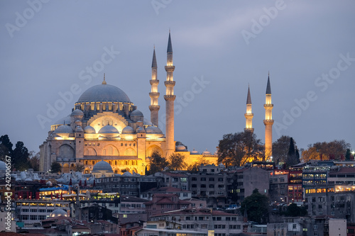 Fotografía  Illuminated Suleymaniye Mosque in Istanbul during the blue hour.