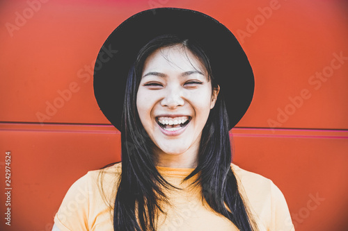 Fotografia  Portrait of happy asian girl smiling with coral background
