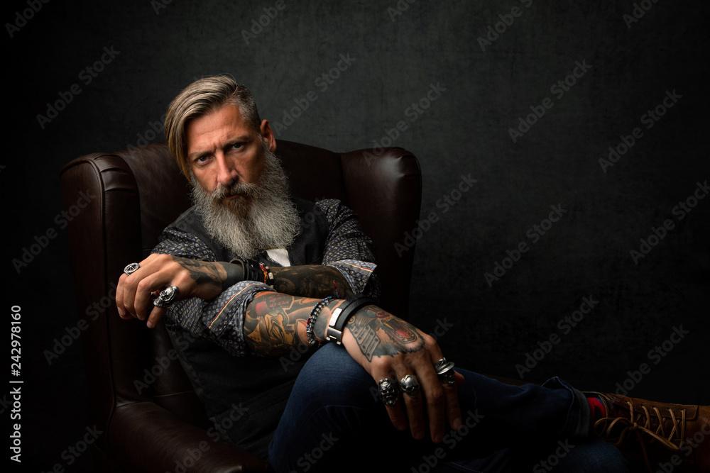 Fototapeta Porträt eines nachdenklichen Geschäftsmannes, der in einem Sessel sitzt und relaxt