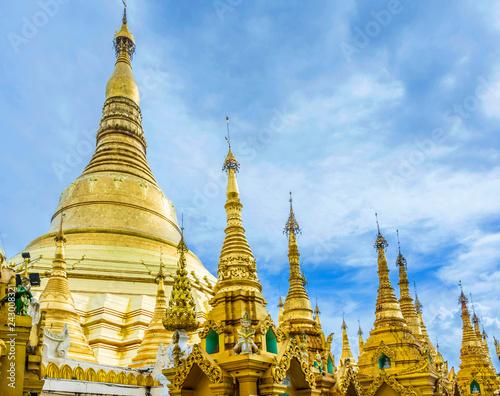 La pose en embrasure Monument Shwedagon Paya pagoda Myanmer famous sacred place and tourist attraction landmark.Yangon