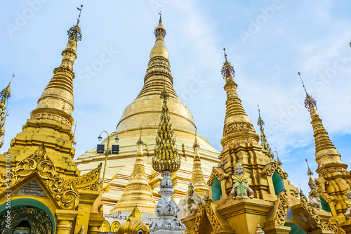 Poster Historisch geb. Shwedagon Paya pagoda Myanmer famous sacred place and tourist attraction landmark.Yangon