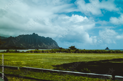 Foto op Aluminium Oceanië Abrupt hill with beautiful cloudy sky and green field in Hawaii, in US