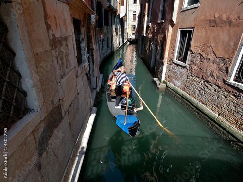 Spoed Foto op Canvas Gondolas Uno de los canales de la ciudad italiana de Venecia.
