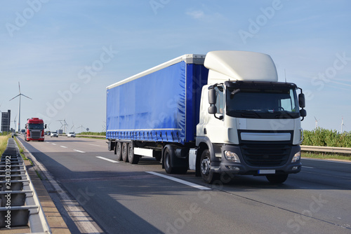 trucks on the road transporting goods in trade // LKW beim Warentransport im Fernverkehr auf der Straße im Berufsverkehr