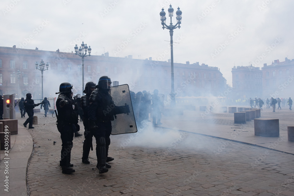 Fototapety, obrazy: Violent protest in Toulouse against french gouvernement on January 2019 the 12th