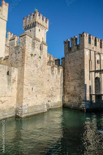 Foto  castello di sirmione torri e guglie